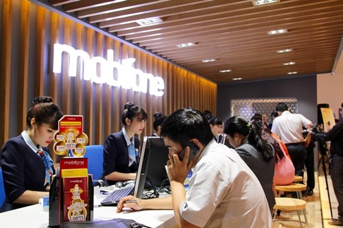 Khách hàng giao dịch tại cửa hàng giao dịch Mobifone Hà Nội